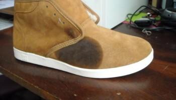 Как вывести жирное пятно с замшевой обуви: средства для удаления масляных загрязнений